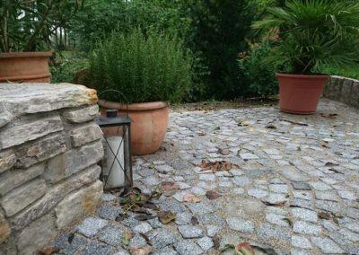 Gepflasteter Boden mit Steinmauer von GaLaBau Krauss